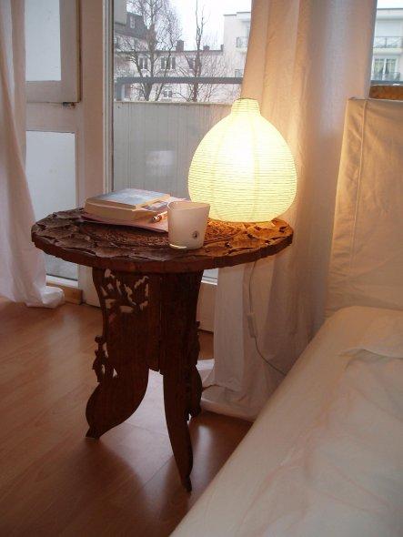 Mein Schnäppchen-Tisch, der den Raum auflockert und über den ich mich jeden Tag freue.