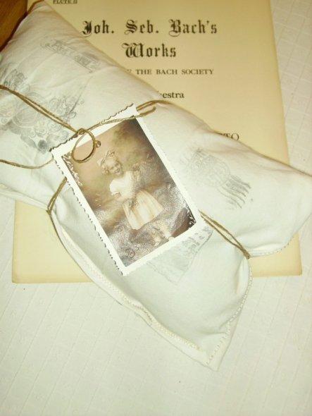 Das Kissen habe ich von MayaSt geschenkt bekommen. Es ist soooo schön. Mit Liebe  gemacht.  Die Notenblätter von der lieben Anja. Ein Traum.