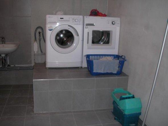 Den trockner auf die waschmaschine stellen so wird die kombi zur