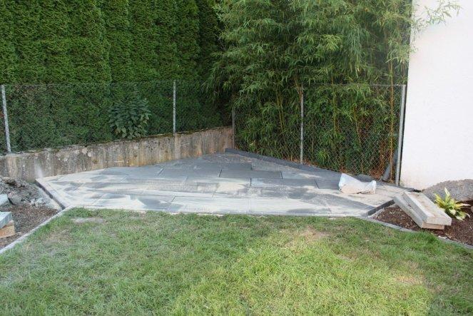 In diese Ecke soll eine Rattanmupfel zum Chillen im Frühjahr kommen. Der Platz ist auch fertig gepflastert.