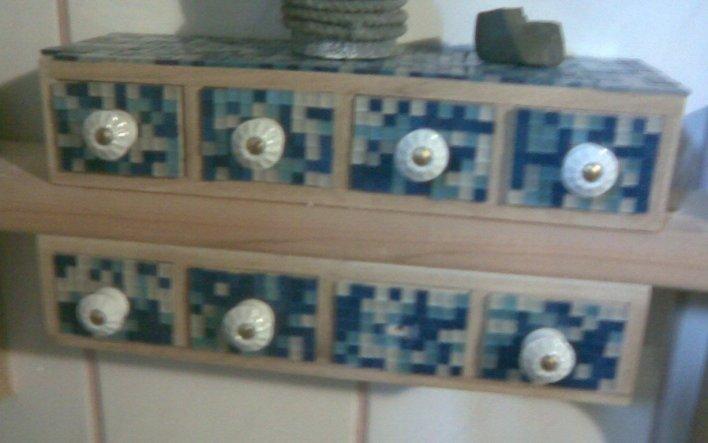 ... mit Mosaik und kleinen Keramikknaufen verschönert ...