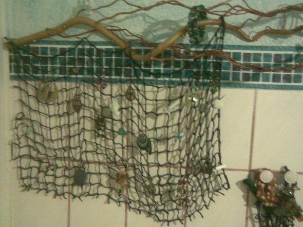 """... aus unserem Osterast und einem Stück blauem Netz habe ich mir ein """"Schmucknetz"""" gebastelt, in dem mein Schmuck übersichtlich Platz finde"""