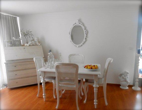 Tisch kann ausgezogen werden und es gibt 6 Stühle!