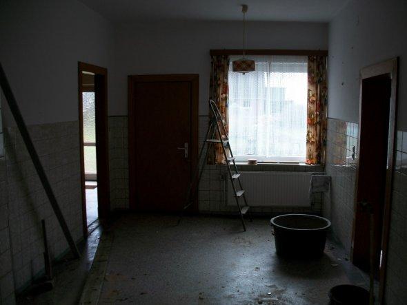 Die alte Küche, Möbel und Wand zum ehemaligen Schlafzimmer sind schon weg.