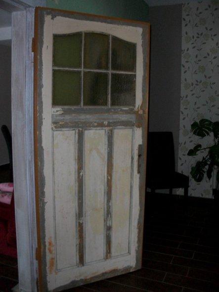 Hier ist eine von den prachtvollen Türen im Haus zu sehen. Als wir das Haus erworben haben waren die Türen mit einer Holzplatte vernagelt. Der Schatz