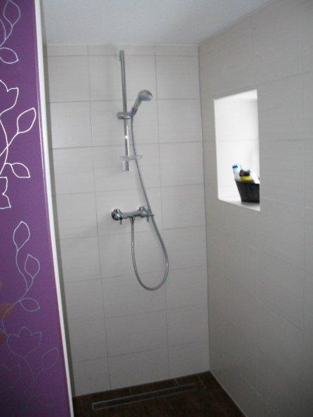 Für jede Hausfrau ein Traum, Dusche ohne viel Putzaktion:o) Aufgrund der Tiefe der Dusche, benötigen wir keine Duschtür.