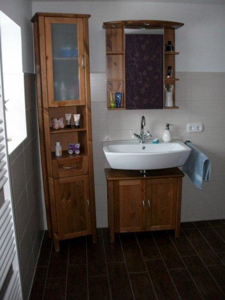 Blick aus der Dusche auf den Waschtisch
