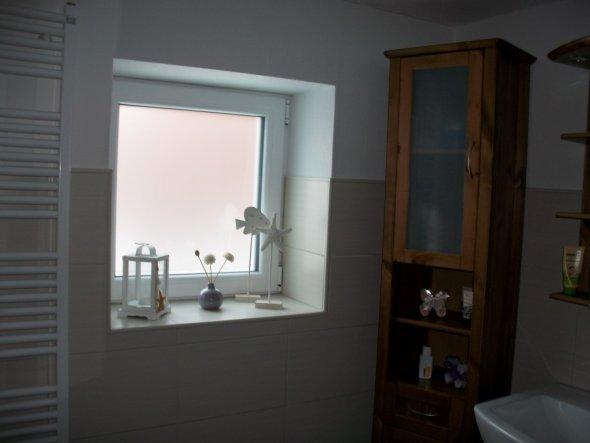 Das Fenster wurde extra mit Milchglas eingebaut, damit der Nachbar nicht ganz so viel zu gucken hat:o)