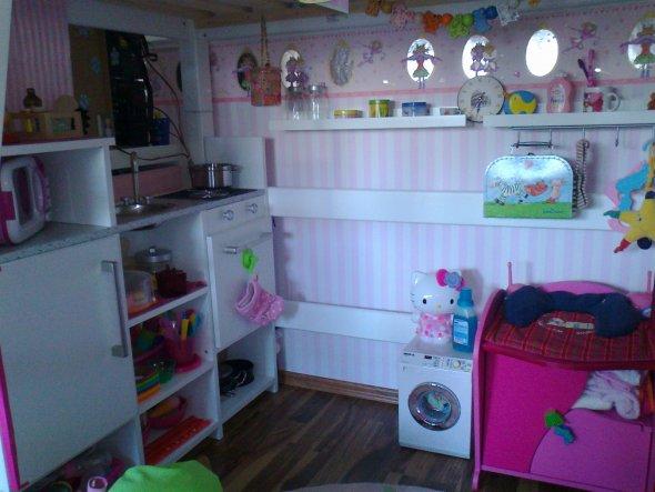 """Ich habe das Bett extra so hoch ausgesucht damit Unsere Tochter unten drunter stehen und spielen kann.Die Küche für Ihre """"Puppenstube"""" ist s"""