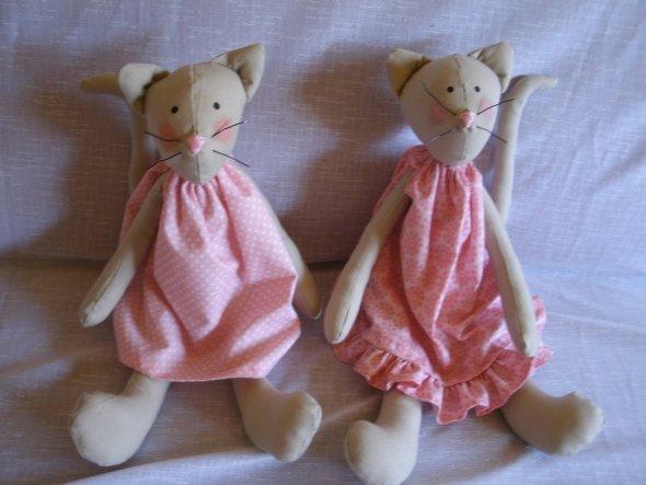 Rosa und Mascha. Rosa war zuerst, dann folgt Mascha. Mascha gehört jetzt meiner Tochter. Sie möchte diese Katze haben und ihr Name gegeb