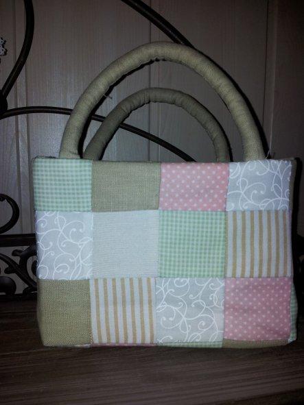 Das ist eine kleine Tasche, die ich für Ostern genäht habe. Es soll eigentlich Süssißkeittasche heißen. Man kann sie aber auch im Badezimmer al