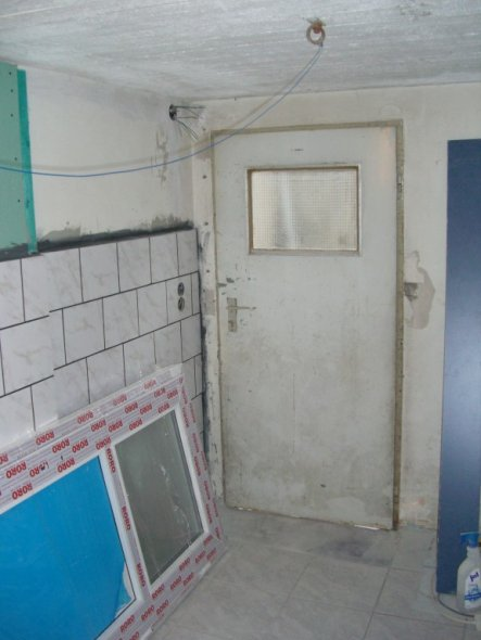 Die Tür, die man sich vor den Kopf zieht, wenn man raus will. Ungünstig, wenn man einen Wäschekorb unter dem Arm hat.