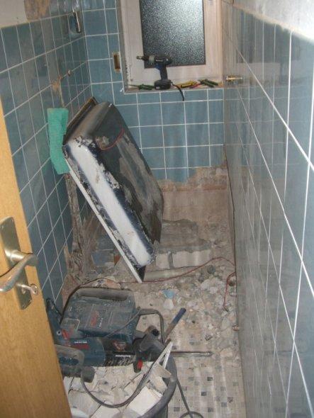 Die Duschwanne war eingeputzt. Glückwunsch beim Ausbauen...