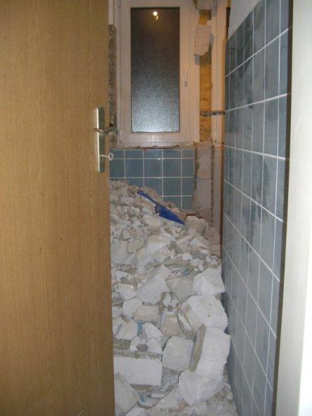 Die Wand eingeschnitten und umgekloppt. Und keine freiwilligen Helfer, die den Schutt schleppen ;-)