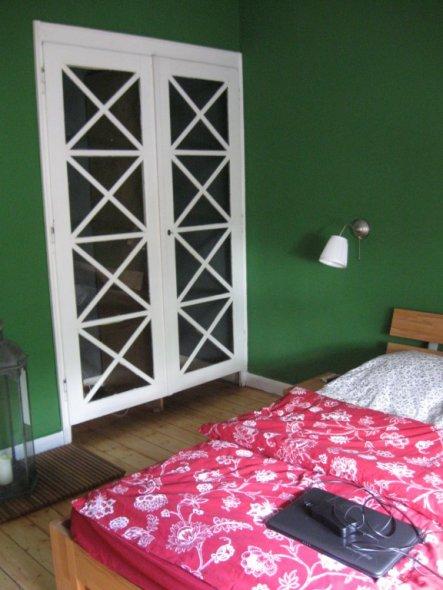 Der Wandschrank stammt aus der Zeit, wo der Raum noch eine Küche war :-)