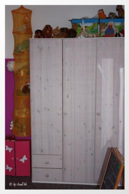 Da noch ein paar Regale an der Wand fehlen, muss der Kleiderschrank als Stofftieraufbewahrung herhalten. Das gelbe Netz wird noch gegen ein weisses au