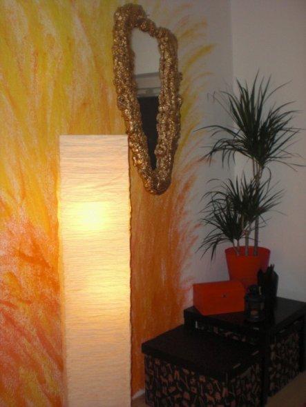 Das ist unser Eingangsbereich... mit goldenem Spiegel... auch selbst gestaltet :)