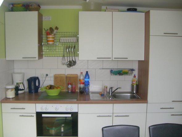 Die Küchenzeile vom Küchenfenster aus fotografiert.