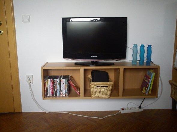 neues Hängeregal für den Fernseher, bin noch am überlegen wie ich am besten die Kabel verstecke