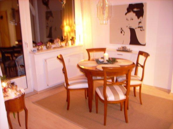 Die Stühle sind - rechtzeitig vor Weihnachten - neu bezogen. Nach 15 Jahren in blau habe ich mich nun für breite Blockstreifen in beige-weiß entschied