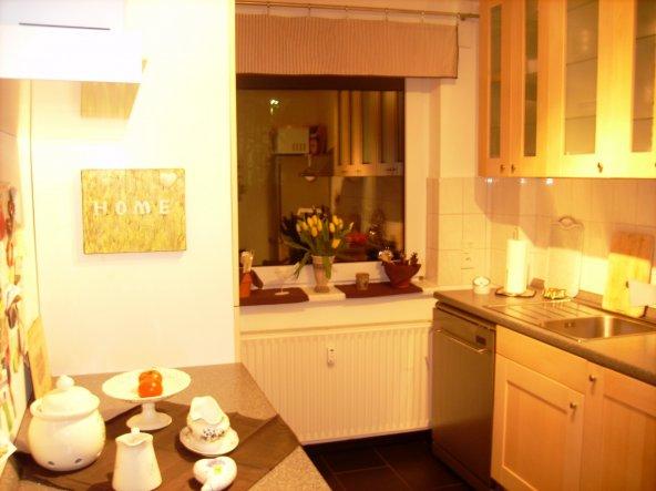 obwohl etwas gelb-stichig gibt das Foto einen ganz guten Gesamteindruck der Küche (leider keine weiße Landhaus- bzw. Wohn-Küche - wie ich sie ja liebe