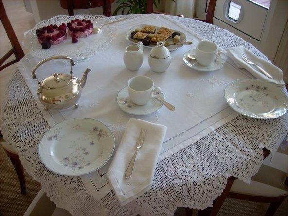 Tea for two. Tischdecke aus einem Stück Leinen genäht, Hohlsaum gezogen, bestickt und behäkelt, und zwar von meiner Mutter vor ca. 20 Jahren. Ich freu