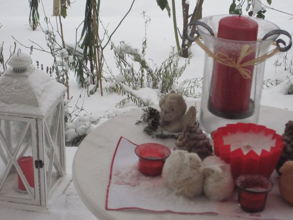 Schade, dass die weiße Pracht schon wieder verschwunden ist. Sogar auf das Tischchen hat es den Schnee geweht. Irgendwie schön!