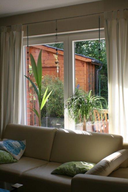 Blick über die Sitzecke auf die Terrasse und Schuppen