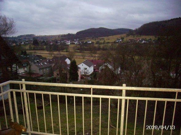 Der Blick übers Tal vom Balkon vom Wohnzimmer aus.