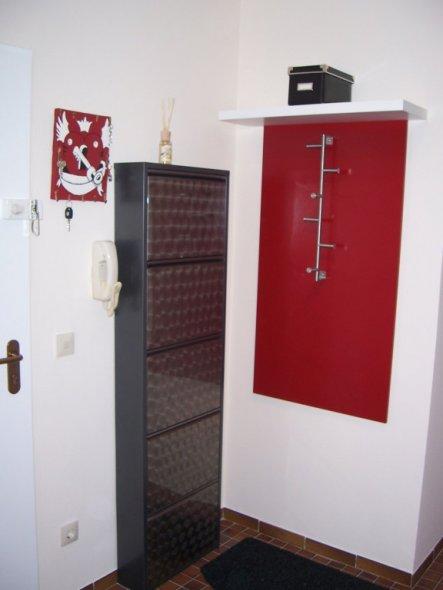 Nachher Bild 2 mit selbstgebauter Garderobe.   Garderobe habe ich aus einer MFD Platte (selber lackiert) und einem Handtuc