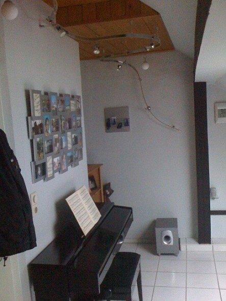 Wohnzimmer 39 wohnen spielen 39 single dachgeschosswohnug zimmerschau - Wasserwand wohnzimmer ...