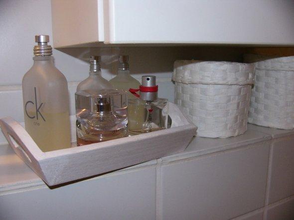 ein neues kleines Tablett für die Parfum-Flakons