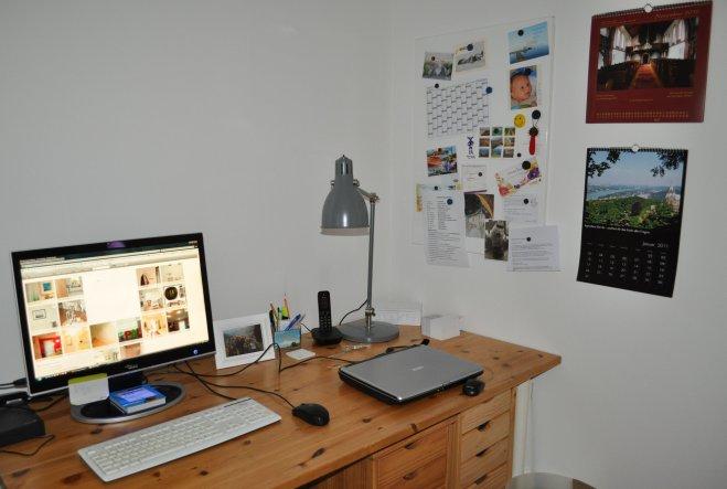 über dem Schreibtisch ist die Wand noch kahl - noch haben wir keine geeigneten Bilder bzw. Motive gefunden.