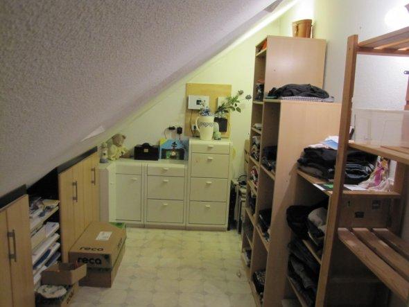 Da in unsrem Schlafzimmer Ordner im Kleiderschrank stehen ,können wir zum Glück diesen Abstellraum in dem vorher die Ordner waren als Ankleidezimmer n