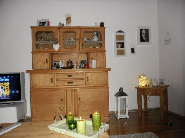 Das ist jetzt der rest meine wohnzimmerwand.Da werde ich wohl den beistelltisch weg stellen und wenn der Schrank gestrichen ist, nach rechts ziehen.