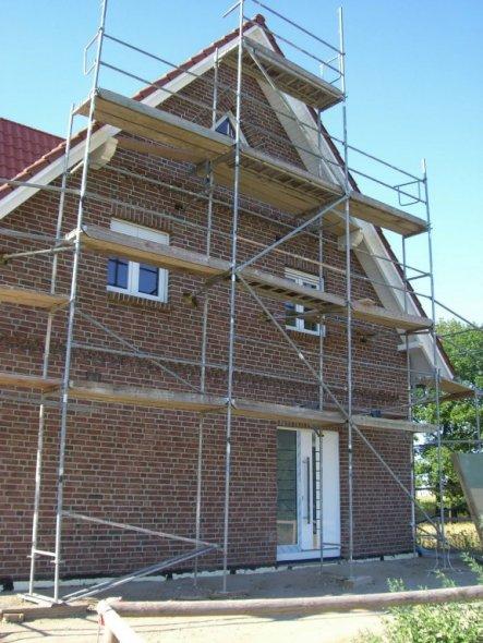 auch hier wurden nun die Fenster und unsere Haustüre eingebaut.