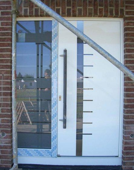 hier seht Ihr unser neuestes Schmuckstück. Die Haustüre mit Svarowski Kristallen. Leider ist es mir nicht gelungen diese richtig hervor zu heben aber