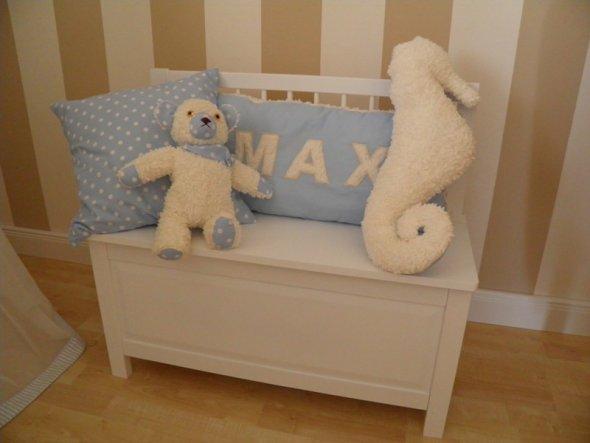 kleine Spieltruhe mit selbstgenähten Kissen und dem handgemachten Teddy von Oma