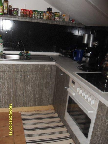 ich habe die küche erst selbst überzogen man sieht es unten an der leiste die is noch hell:-) mir ging die folie aus die arbeitsplatte is auch neu