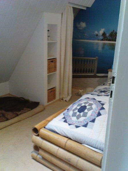 das Bett haben mein Mann und mein Schwiegervater selbst gebaut  - den Bambus haben wir über ebay gekauft; das Regal ist auch selbst gebaut von den Män