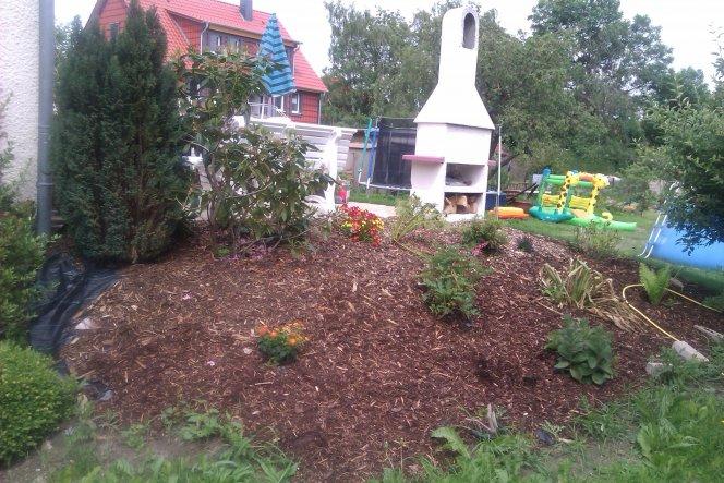 Hier die bepflanzte Seite von der Terrasse - ich werde noch ein paar Feldsteine verteilen...unter das Mulch haben wir diese Antiunkrautplane verlegt -