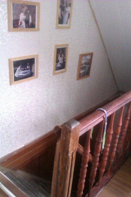 """Die Treppe muss noch saniert werden - das geländer haben wir neu gemacht - eine Wahnsinssveränderung zu dem """"Loch"""", in dem man vorher vom OG"""