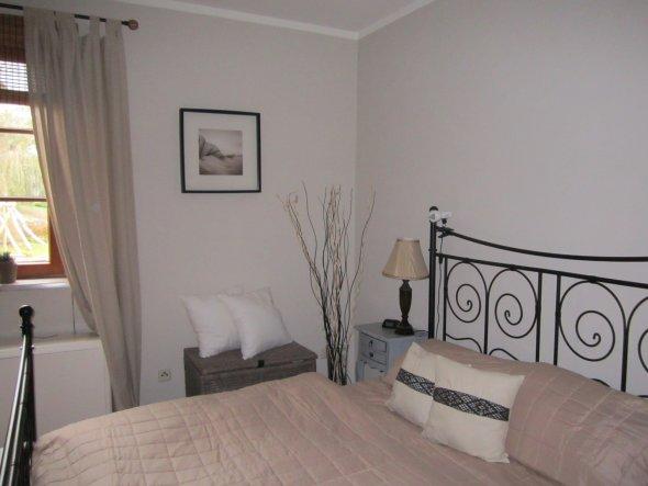 November 2011 ich habe es endlich angepackt und den Pinsel im Schlafzimmer geschwungen-die Farbe ist ein grau-braun Ton der viel Ruhe ausstrahlt. Die