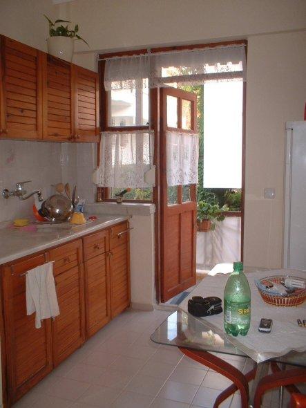 Küche vorher - mit den Schraenken vom Vermieter