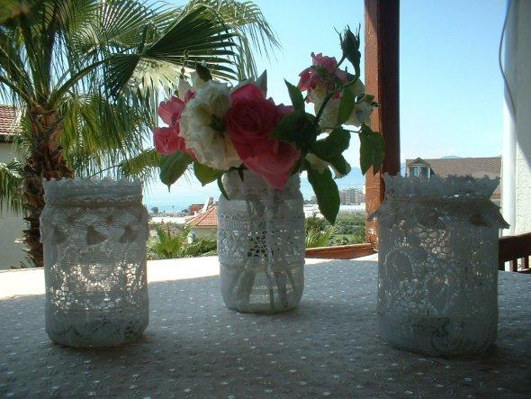 3 alte Gurkenglaeser habe ich mit alter Gardine und etwas Spitze beklebt - dienen jetzt als Vase und Windlicht