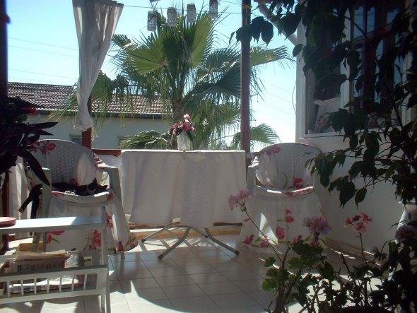 Hab übers Wochende eine neue Tischdecke und Stuhlhussen genaeht.(aus Bettwaesche welche wir zur Hochzeit bekamen und ich niemals benutzt habe) Links i
