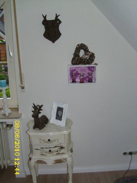 Den Rehkopf an der Wand und der auf dem Tisch habe ich selbstgemacht.
