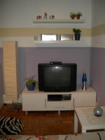 wohnzimmer 39 sofa und tv ecke 39 so viel spass auf so kleinem raum lilajule zimmerschau. Black Bedroom Furniture Sets. Home Design Ideas