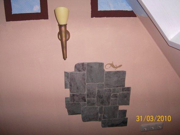 Hier und dort haben wir ein paar Tapetenstücke an die Wand geklebt, um es ein bisschen Echter Wriken zu lassen. Die Fackeln haben wir auch sehr