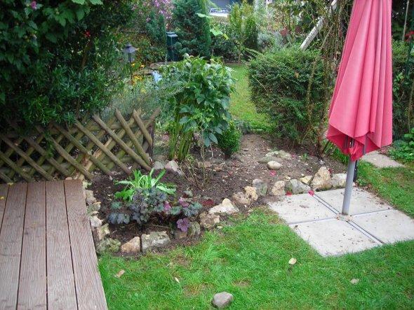 01.10.11 Beetumrandung mit Natursteinen ist fertig.